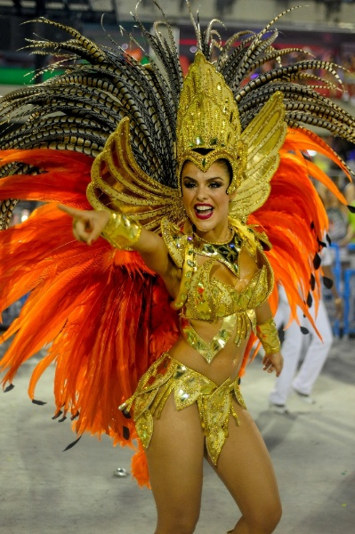16fev2015---paloma-bernardi-desfila-na-grande-rio-escola-de-samba-que-levou-a-avenida-o-enredo-a-grande-rio-e-do-baralho-na-primeira-noite-do-grupo-especial-do-carnaval-carioca-1424085107811_399x600.jpg