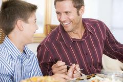 pai-e-filho-no-jantar-do-natal-7761358